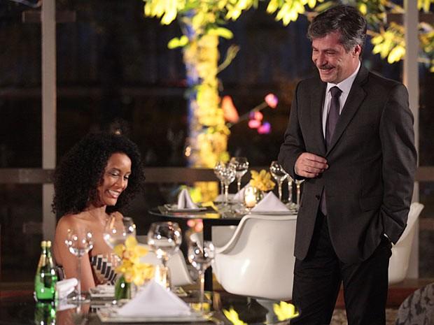 Otto salva Penha de um jantar solitário (Foto: Cheias de Charme / TV Globo)