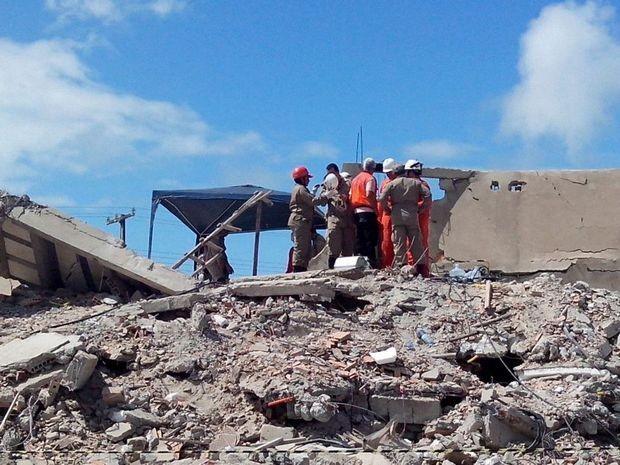 Resgate de vítimas de desabamento continua em Aracaju (Foto: Daniel Soares / G1)