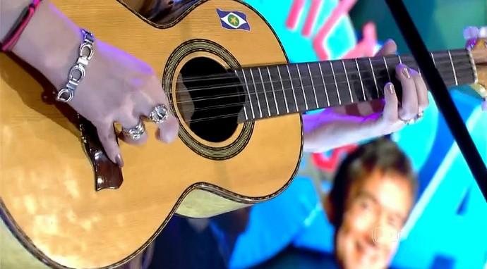 No instrumento inseparável da cantora, ela leva a figura da bandeira do estado de Mato Grosso. (Foto: Reprodução/Globo)