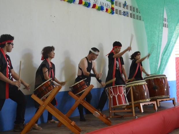 Grupo de japoneses em apresentação musical durante comemoração dos 60 anos da imigração no Amapá (Foto: Graziela Miranda/G1)