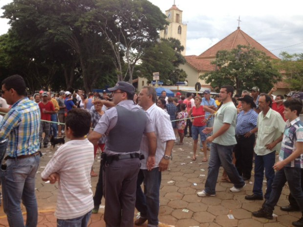 Partidários se aglomeraram na praça central de Coronel Macedo (SP). (Foto: Jéssica Pimentel / G1)