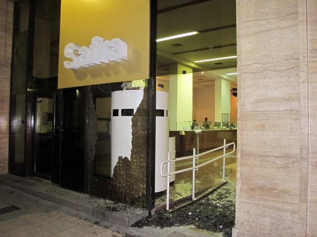 Agência do banco Safra, da Rua Boavista, no Centro, teve as vidraças quebradas por vândalos (Foto: Marcelo Mora/G1)