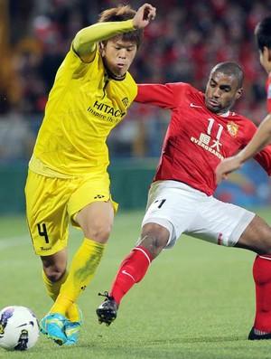 Muriqui disputa bola em Kashiwa Reysol x Guangzhou Evergrande (Foto: AFP)