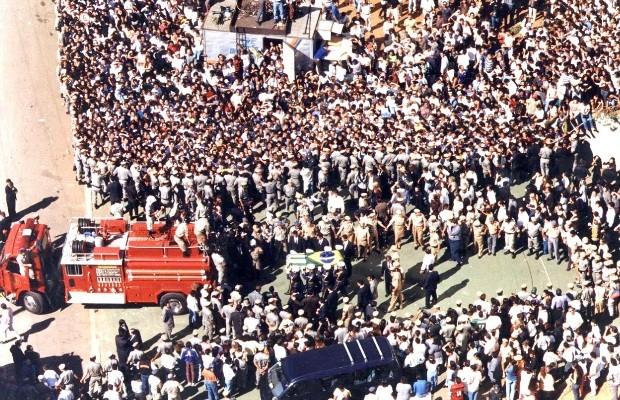 Multidão acompanhou velório e cortejo do cantor sertanejo Leandro em 1998, em Goiânia (Foto: Weimer Carvalho/Jornal O Popular)