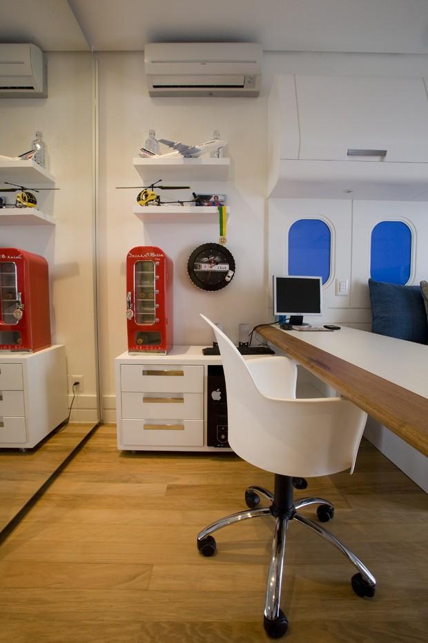 ÁREA DE ESTUDO | Mesa, prateleiras e móvel de apoio, desenhados pelo profissional e executados pela Marcenaria Fabbrica. Cadeira à venda na Tok&Stok (Foto: J.Vilhora/Divulgação)
