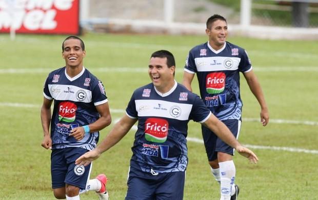 Nonato comemora gol do Goianésia (Foto: Benedito Braga/O Popular)
