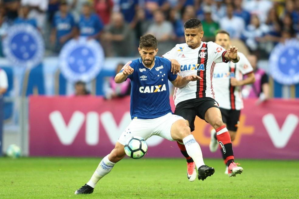 Lucas Silva protege a bola com a marcação de Everton: rubro-negro marcou para os cariocas no empate com os mineiros (Foto: Erwin Oliveira / Frame Photo / Estadão Conteúdo)