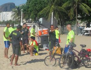Alexandre Soares brinca com Sidney em treino da seleção brasileira (Foto: Fabio Leme)