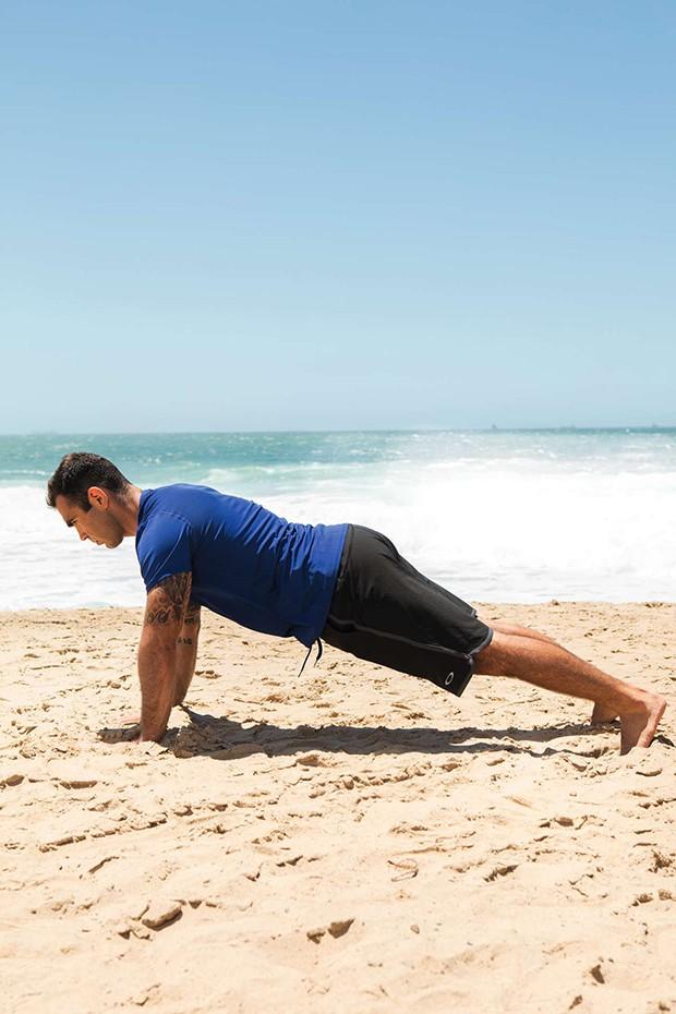 Chico Salgado | Flexão, Com as mãos na largura dos ombros, flexione os cotovelos até o peito tocar o chão. Faça 10 repetições (Foto: Franco Amendola)