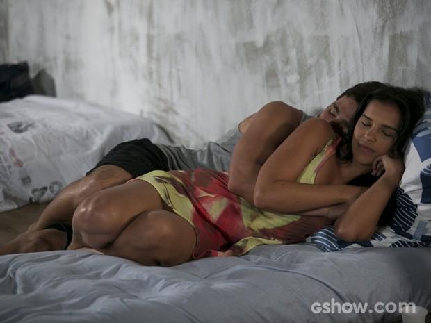 William adormece ao lado de Celina (Foto: Felipe Monteiro/TV Globo)