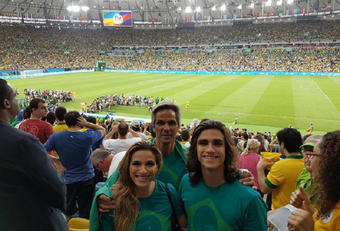Jade Barbosa, ginasta do Brasil, vai curtindo o jogo da seleção no Maracanã  (Foto: Reprodução / Instagram)