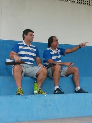 Técnico Samuel Batista analisa treino coletivo ao lado do preparador físico Thiago Campanha (Foto: Richard Pinheiro/GloboEsporte.com)