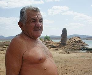 'A água vai baixando e eu vou junto', diz o comerciante Isaías Leopoldino Tavares, de 75 anos (Foto: Anderson Barbosa/G1)