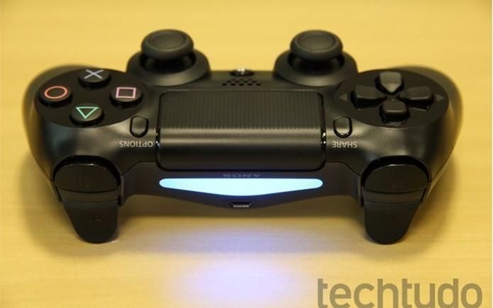 Luz traseira do DualShock 4 será usado para o sistema de realidade virtual do PS4. (Foto: Luciana Maline/ TechTudo) (Foto: Luz traseira do DualShock 4 será usado para o sistema de realidade virtual do PS4. (Foto: Luciana Maline/ TechTudo))
