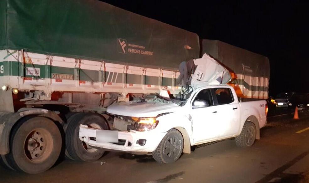 Caminhonete bateu na lateral de caminhão na BR-272, na noite de quinta-feira (11) (Foto: PRF/Divulgação)