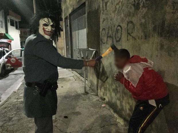 PM com machado e arma ameaça jovem; foto circula no WhatsApp (Foto: Divulgação/Ouvidoria das Polícias)