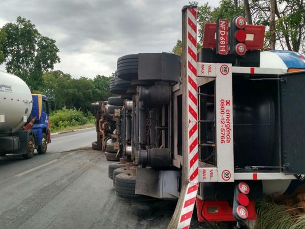 Caminhão com produto químico tombou na pista em trecho da BR-242 (Foto: Nino Moreira / TV Bahia)