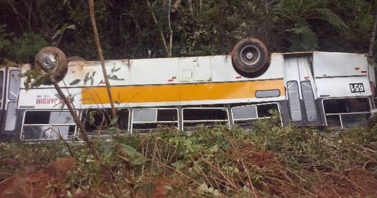 Ônibus cai em barranco em Bom Jardim de Minas, MG - Globo.com