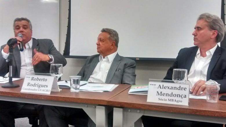 A partir da esquerda, José Dória, do Mapa, o ex-ministro Roberto Rodrigues e Alexandre Mendonça de Barros, da MB Agro (Foto: Sebastião Nascimento/ Editora Globo)