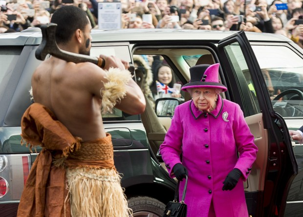 Rainha Elizabeth participa de evento em Londres com look rosa pink (Foto: Getty Image)