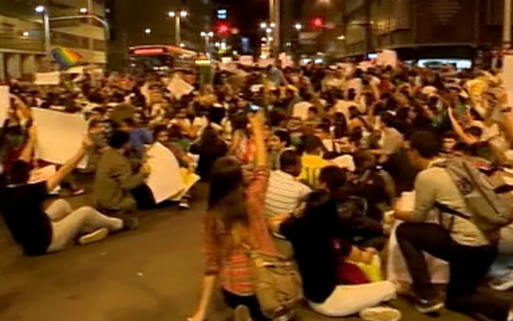 Jovens se sentaram em um dos cruzamentos mais importantes de Juiz de Fora (Foto: Reprodução/ Rede Integração)