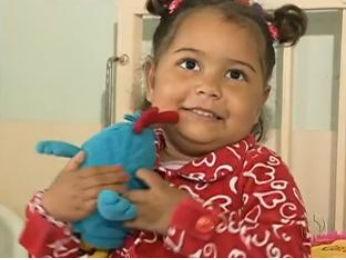 Criança aguarda por cirurgia de intestino há mais de dois anos (Foto: Reprodução / RPC TV)