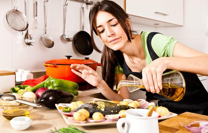 mulher preparando refeição eu atleta (Foto: Getty Images)