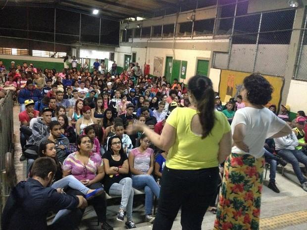 Voluntárias falam sobre feminismo na Escola Estadual Joaquim Alvarez Cruz, em Barragem (Foto: Cinthia Rodrigues/ Divulgação)