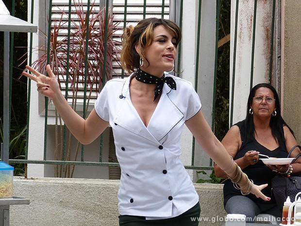 Luciana dança e se distrai enquanto o angu continua no fogo (Foto: Malhação / TV Globo)