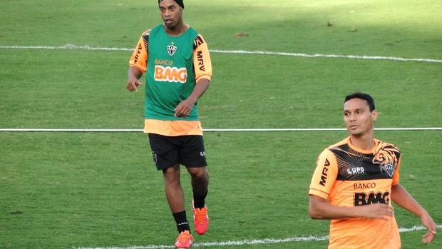 Ronaldinho e Emerson do Atlético-MG (Foto: Léo Simonini)