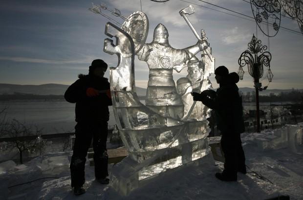Feita de gelo, artistas trabalham na escultura chamada 'A conquista da Sibéria' (Foto: Ilya Naymushin/Reuters)
