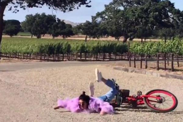 A modelo Kendall Jenner após cair de bicicleta (Foto: Reprodução)