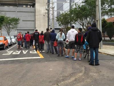 Torcida do Atlético-PR fez fila  para comprar ingresso (Foto: Cleverson Freitas)