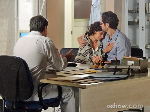 Juliana chora nos braços do marido ao saber que perdeu o bebê (Foto: Em Família/ TV Globo)