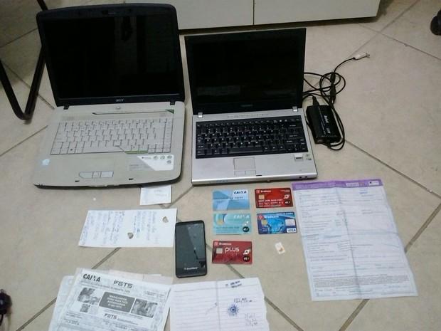 Polícia encontrou os documentos supostamente falsificados na casa dos suspeitos.  (Foto: reprodução\Polícia Civil)