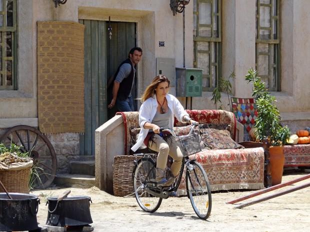 Zyah corre atrás de Bianca, mas ela nem olha para trás (Foto: Salve Jorge/TV Globo)