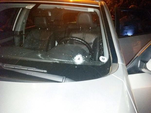 Um dos disparos antingiu o parabrisa do carro de Zanon, em Miguelópolis (SP) (Foto: Branco Zanon/Arquivo Pessoal)