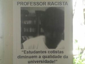 Cartazes espalhados pela universidade (Foto: Naiara Arpini/ G1 ES)