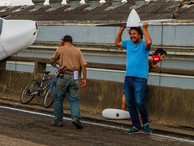 Momento de descontração! O diretor geral Gustavo Fernandez brinca em externa na Perimetral (Foto: Fábio Rocha/TV Globo)