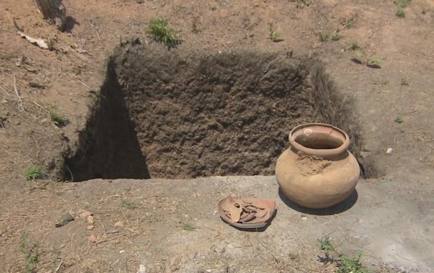 Urna em barro com ossos dentro estava em local destinado a ser uma fossa (Foto: Bom Dia Amazônia)