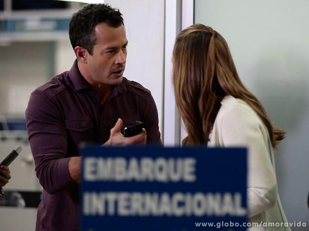 Bruno arranca o celular das mãos de Paloma assim que percebe que é Félix (Foto: Amor à Vida / TV Globo)