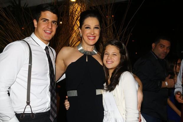 Claudia Raia posa com os filhos Enzo e Sophia (Foto: Marcello Sá Barretto e Henrique Oliveira/ AgNews)