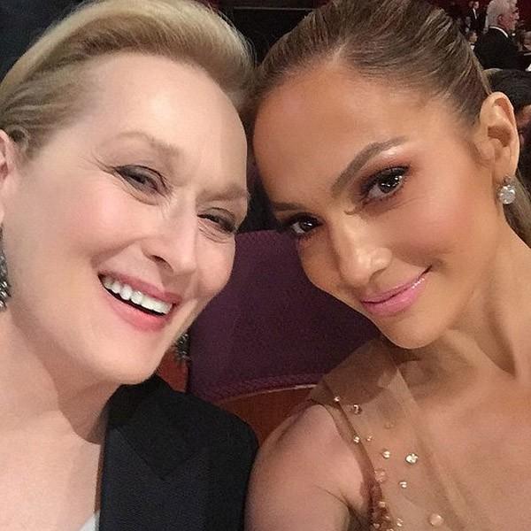 Meryl Streep e Jennifer Lopez aproveitaram suas cadeiras uma ao lado da outra no Oscar 2015 para tirar essa foto. (Foto: Instagram)