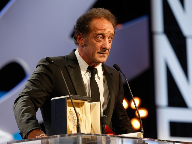 Ator francês Vincent Lindon discursa após ser anunciado como o vencedor da categora de melhor ator em Cannes (Foto: Valery Hache / AFP)