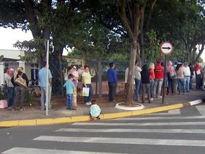 Moradores de Paulínia fazem fila por cesta básica eventual (Foto: Reprodução EPTV)
