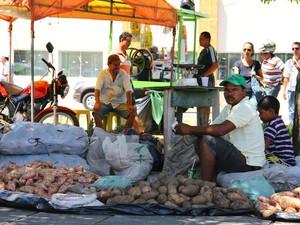 Preços baixos atraem compradores na Feira da Reforma Agrária (Foto: Jonathan Lins/G1)