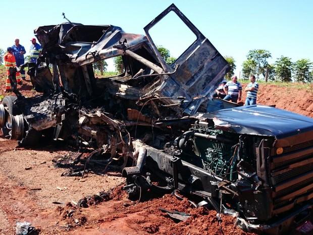 Caminhão pegou fogo após o acidente em Ibitinga  (Foto: Alan Schneider/ G1)