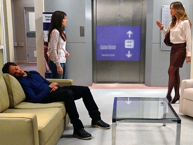 Enquanto Fábio dorme, Vânia discute com Carolina (Foto: Guerra dos Sexos / TV Globo)