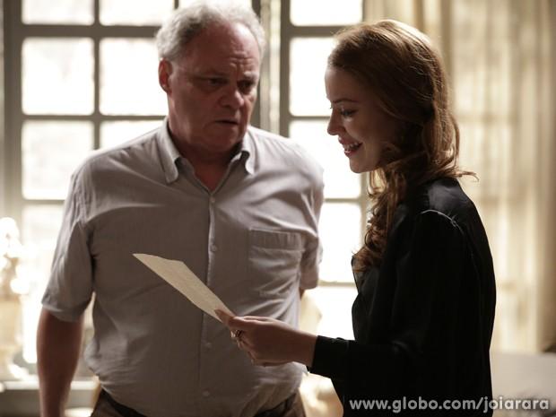 Salvador entrega carta-testamento contando que viu Catarina ser morta por Ernest (Foto: Fábio Rocha/TV Globo)