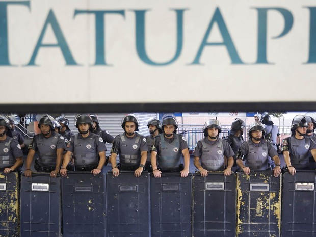 Policiais fazem barreira para impedir manifestação contra a Copa na estação de metrô Tatuapé, na Zona Leste de São Paulo (Foto: Miguel Shincariol/AFP)